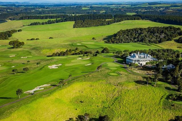 Toàn cảnh sân golf nhìn từ trên cao.