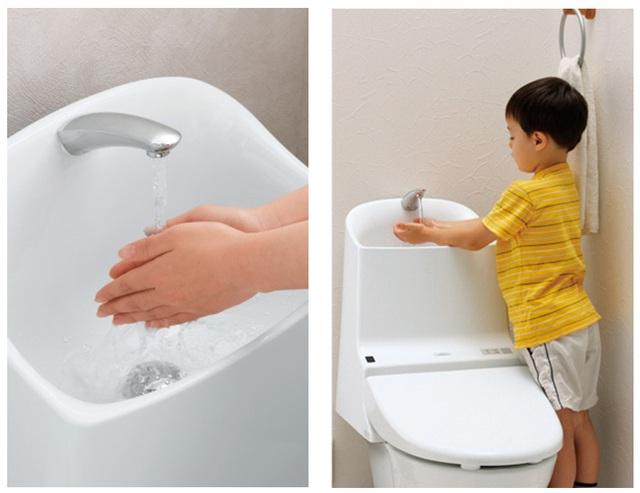 Một chiếc toilet tiết kiệm nước khi nước rửa tay sau đó sẽ được sử dụng để dội toilet.