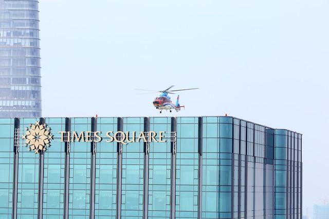 Máy bay EC 155B1 thực hiện bay thử trên nóc tòa nhà Times Square ngày 05/05/2017