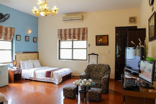 Phòng hạng sang trọng ở A25 Hoàng Quốc Việt, Hà Nội (1 sao) khá giống hình ảnh của một khách sạn Công đoàn điển hình. Đây là khách sạn đầu tiên trong hệ thống nên cơ sở vật chất còn khá đơn sơ.