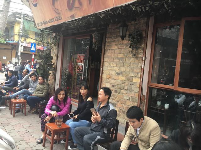 Quán cà phê đuổi khách vì quá đông.