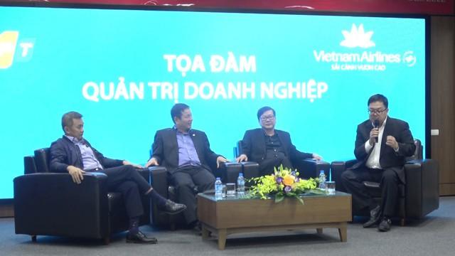 Ông Bình (ngoài cùng bên phải) và ông Tiến (thứ hai từ trái sang) ở buổi tọa đàm