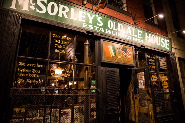 McSorleys Old Ale House tọa lạc ở East Village, đường số 7 gần đại lộ số 3 thuộc quận St. Marks Historic.