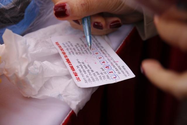 Mỗi món hàng có giá trị khoảng 40.000 đến 50.000 đồng. Mỗi khi mua một món hàng, ban tổ chức sẽ tích một dấu trên thẻ tham dự phiên chợ.