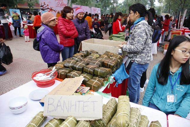 Với mục đích làm từ thiện và giúp đỡ người khó khăn trong cộng đồng, chị Phượng (Hà Nội) đã chuẩn bị 2.000 chiếc bánh chưng và 2.500 cây giò. Chị cho biết, với giá 0 đồng, những chiếc bánh chưng sẽ giúp người nghèo có được một cái Tết ấm áp hơn.