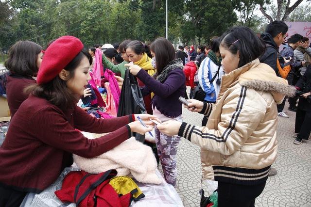 Các tình nguyện viên chỉ dẫn tận tình cho những người mua hàng.