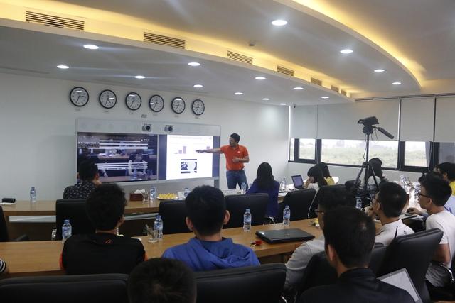 Tiến sĩ Bùi Kiên Cường - Kiến trúc sư giải pháp của FPT Software chia sẻ với sinh viên những kiến thức công nghệ, kinh nghiệm làm việc tại các tập đoàn công nghệ lớn
