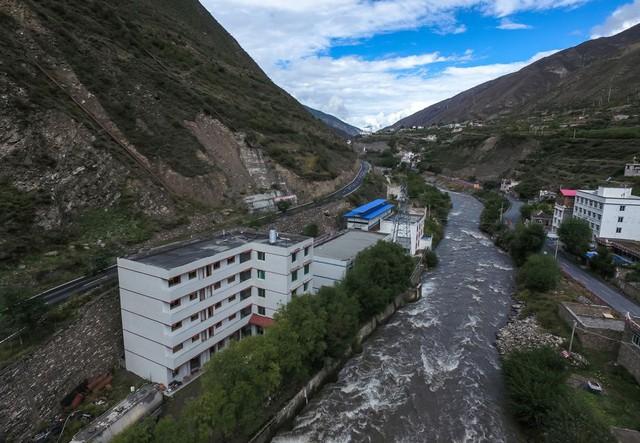 Một mỏ bitcoin với phần mái màu xanh được đặt cạnh trạm thủy điện Ngaea Tibetan và Qiang Autonomous Prefecture tại tỉnh Tứ Xuyên, Trung Quốc.