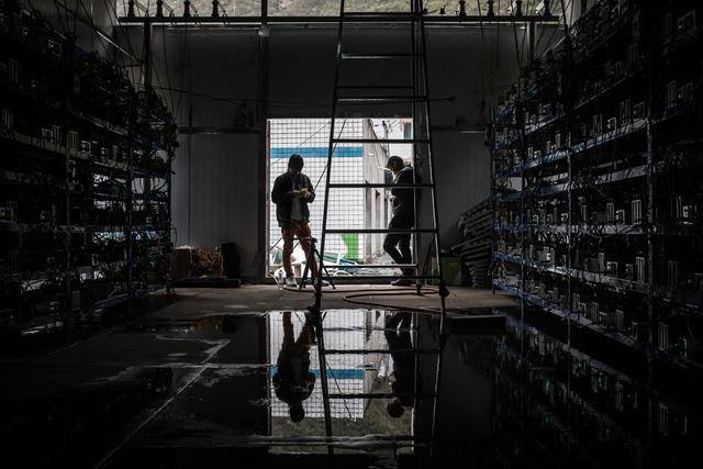 Nhân viên tại một mỏ bitcoin tại Tứ Xuyên.