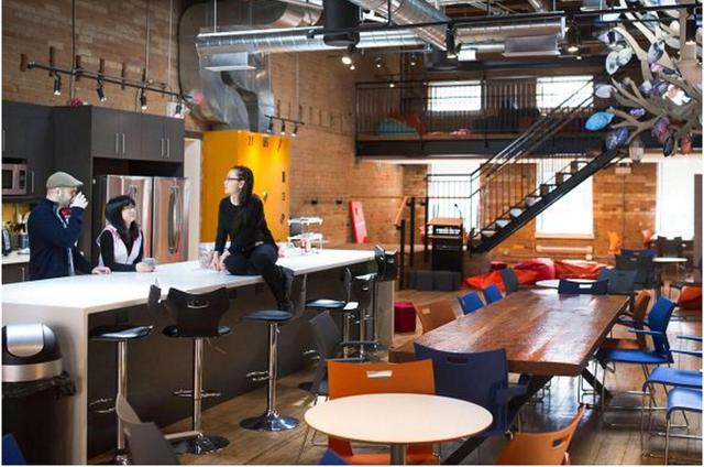 Nhân viên Wattpad hội họp tại phòng ăn của công ty tại Ontario, Toronto