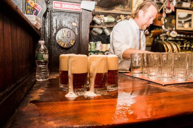Từ khi mở quán cho tới hiện tại, không có gì thay đổi nhiều. Năm 1940, người New York cho biết 1 cốc bia chỉ có 1 xu, còn đến bây giờ, 1 cốc có giá 5,5 USD.