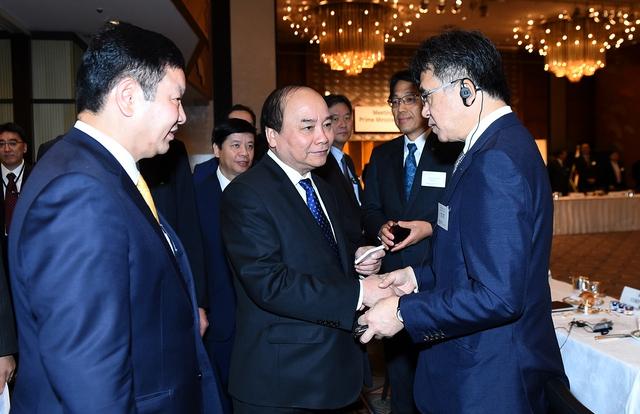 Thủ tướng trao đổi với đại diện doanh nghiệp Nhật Bản. Ảnh: VGP/Quang Hiếu