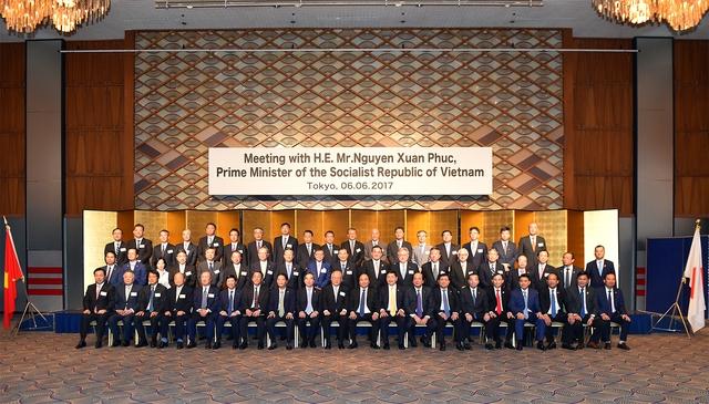 Thủ tướng và đại diện các doanh nghiệp Nhật Bản. Ảnh: VGP/Quang Hiếu