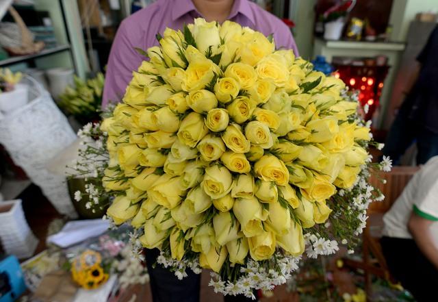 Hoa hồng vẫn là loại bán chạy nhất. Giá một bông riêng là 20.000 đồng/bông.