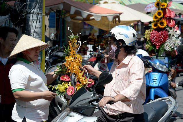 Một người đàn ông trung niên mua hoa trong ngày đặc biệt 14/2.