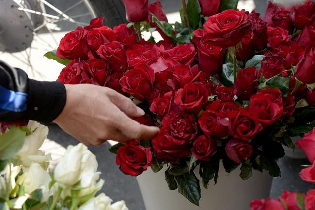 Hoa hồng gồm rất nhiều loại, với nhiều giá khác nhau. Có người mua lẵng sẵn, có người mua bông riêng lẻ.