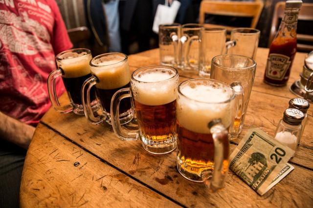 Vì quán chỉ phục vụ duy nhất hai loại bia, một loại có màu nhạt có tên là pale ale và một loại có màu đậm có tên là dark porter nên việc order đồ uống rất đơn giản.