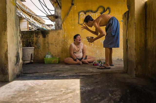 Bức ảnh nổi tiếng của nhiếp ảnh gia Alex Phạm về nụ cười của cậu bé thiểu năng ở Sài Gòn.