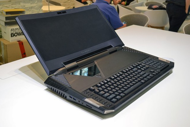 Acer Predator 21 X được xem là con quái vật trong làng laptop, đi ngược lại xu hướng laptop mỏng nhẹ hiện nay. Ảnh: Digitaltrends.
