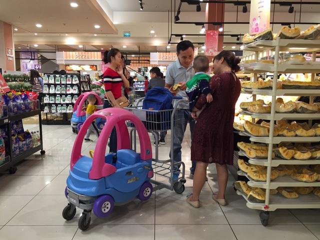 Ở siêu thị Nhật, khách hàng có thể thoải mái mang túi xách, ba lô vào trong mà không cần làm thủ tục niêm phong. Ảnh: Khánh Linh