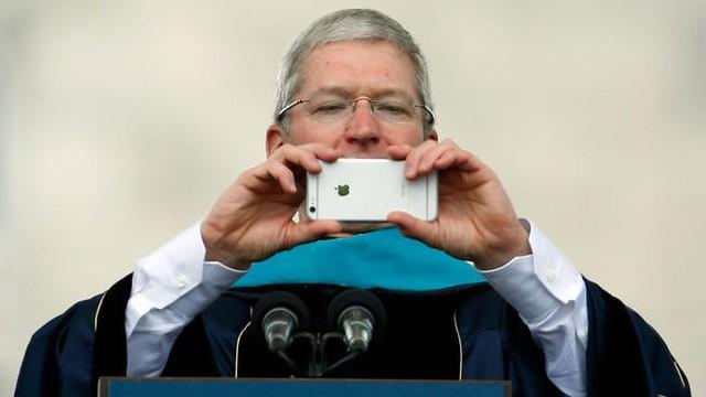 Tim Cook ngầm ám chỉ iPhone 8 sẽ là chiếc di động tốt nhất từ trước đến nay của Apple. Ảnh: AP.