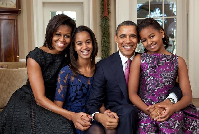 Gia đình Tổng thống chụp ảnh chân dung tại phòng Bầu dục năm 2011.