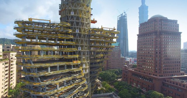 Tòa nhà 20 tầng này tọa lạc ở quận Tân Điếm, trung tâm của thành phố Đài Bắc, nằm giữa những dãy núi và dòng sông Đam Thủy.