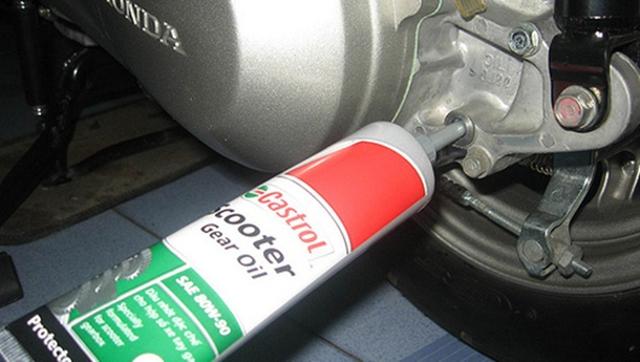 Bơm dầu lap trên xe tay ga. (Ảnh: Internet)