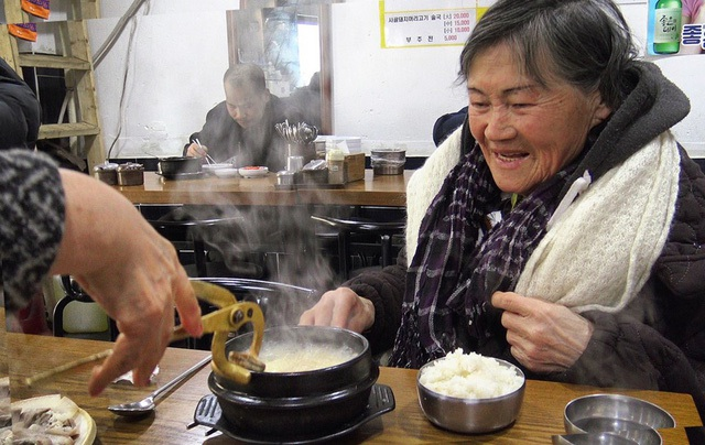 Người già nghèo chật vật mưu sinh ở Hàn Quốc - Ảnh 1.