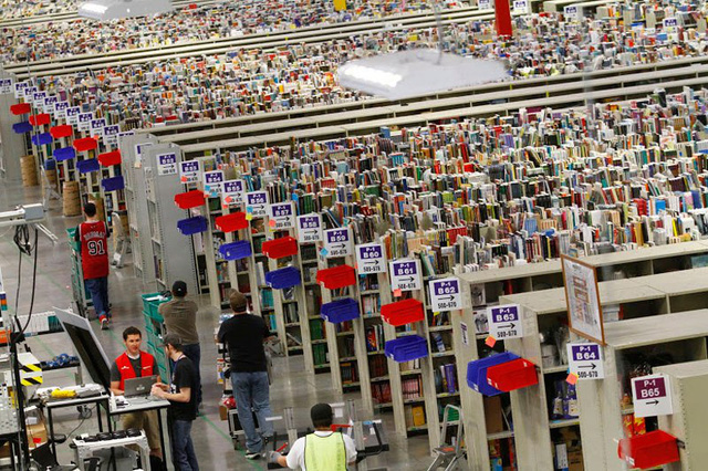 Kho hàng của Amazon trông cực kỳ lộn xộn, nhưng thực ra đó lại là đỉnh cao của nghệ thuật lưu trữ bằng công nghệ - Ảnh 1.