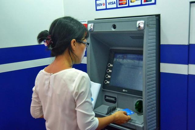 Các chuyên gia cho rằng nhiều quy định về bảo mật sắp được Vietcombank áp dụng sẽ đẩy trách nhiệm cho người tiêu dùng Ảnh: TẤN THẠNH
