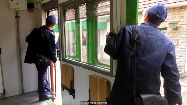 Kỳ lạ tuyến xe điện được điều hành hoàn toàn bởi trẻ em ở Budapest - Ảnh 3.