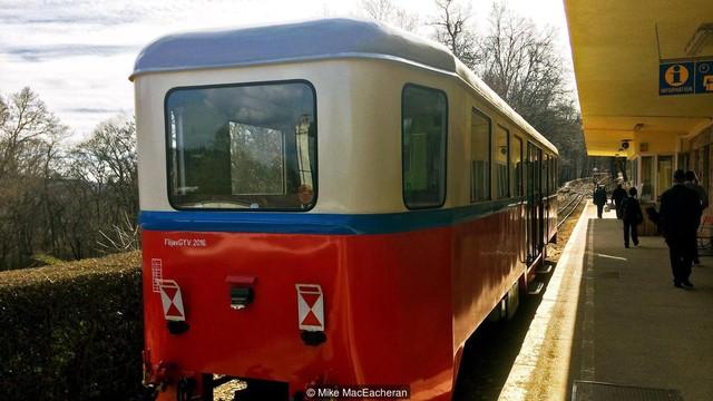 Kỳ lạ tuyến xe điện được điều hành hoàn toàn bởi trẻ em ở Budapest - Ảnh 2.