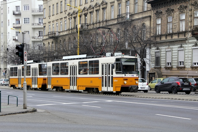 Kỳ lạ tuyến xe điện được điều hành hoàn toàn bởi trẻ em ở Budapest - Ảnh 1.