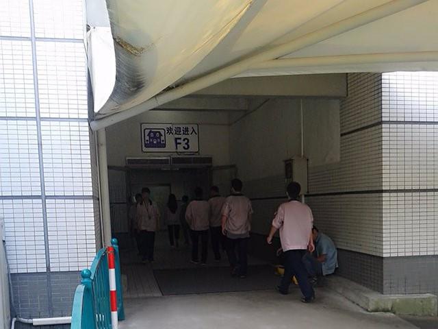 Công nhân bước vào nhà máy Pegatron