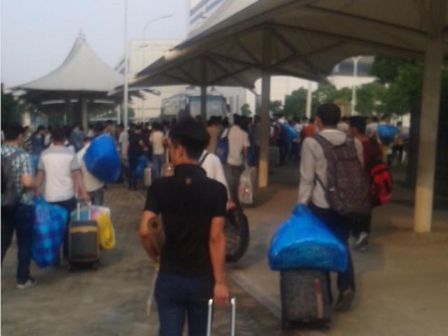 Công nhân mang hành lý tới khu ký túc xá sau khi đã đăng ký ở Pegatron