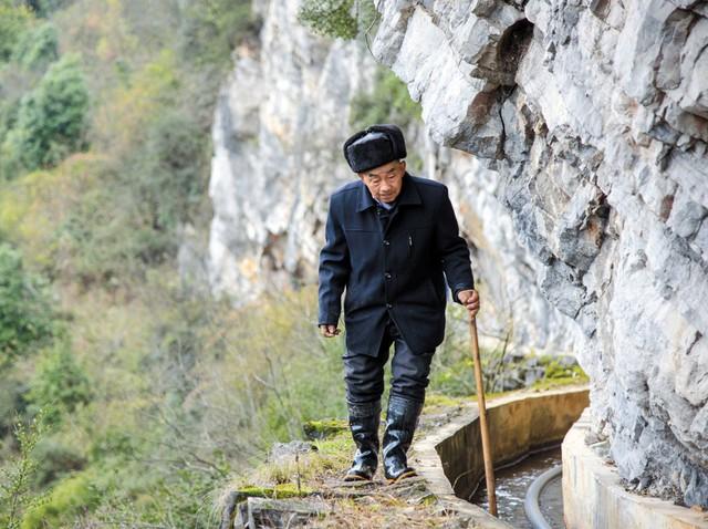 Người đàn ông bền bỉ suốt 36 năm đào kênh qua núi dẫn nước về cho dân làng - Ảnh 2.