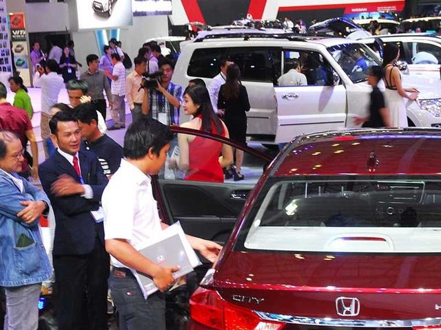 Tới đây, người mua xe sẽ bị thiệt hại do phải trả thêm tiền lệ phí trước bạ so vớiquy định trước đây. Ảnh: HTD
