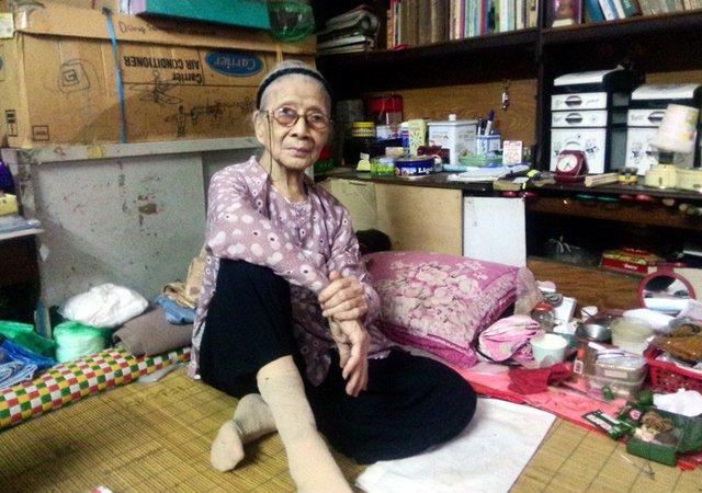Cụ Nguyễn Thị Hiên 95 tuổi ở phố Hàng Bồ, Hoàn Kiếm, Hà Nội.