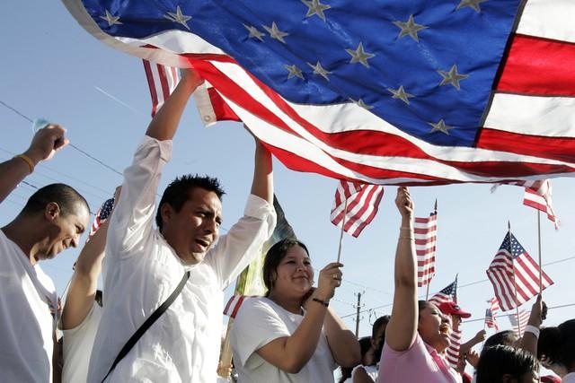 Chuyện nhập cư vào Mỹ: Cần người hay cần tiền? - Ảnh 2.