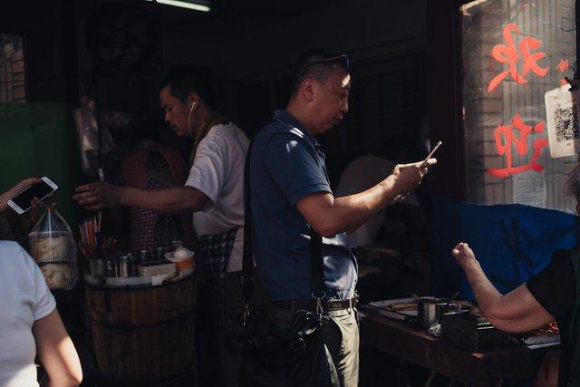 Hiện tượng lạ cho thấy Alibaba, Tencent đang trở thành một 'thế lực' thật sự ở Trung Quốc: Người dân chê tiền mặt, chỉ thích thanh toán bằng WeChat, Alipay! - Ảnh 1.