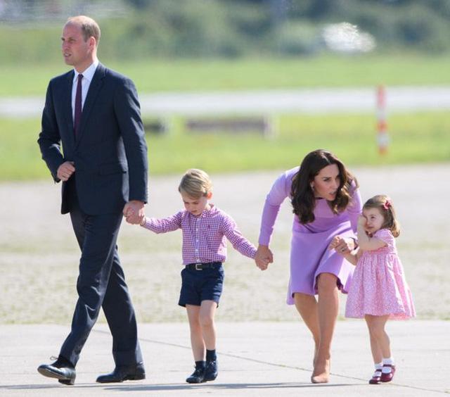 Cách công nương Kate Middleton khéo léo xử lí cơn ăn vạ của con y như một chuyên gia tâm lý - Ảnh 1.