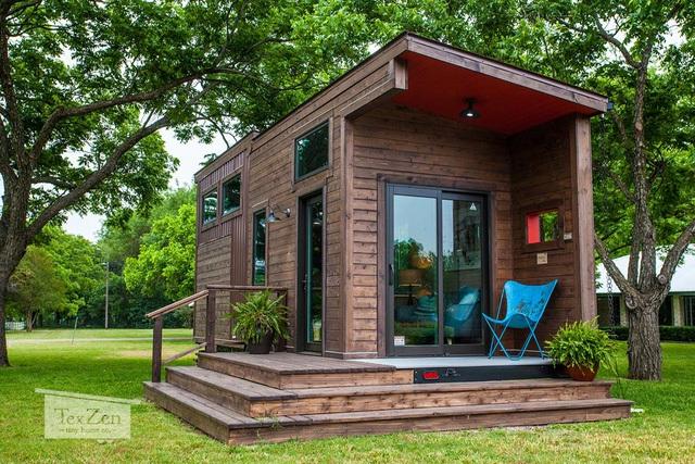 Ngôi nhà gỗ tuyệt đẹp nổi bật trên nền cỏ cây xanh mát.