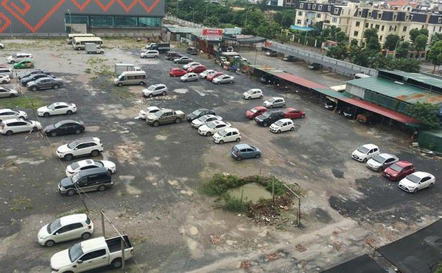 Với sức chứa dao động 500 xe, bãi đỗ xe ở lô đất chưa xây dựng cạnh 1 số tòa nhà HH đang là nơi gửi xe lớn nhất của người dân Linh Đàm.