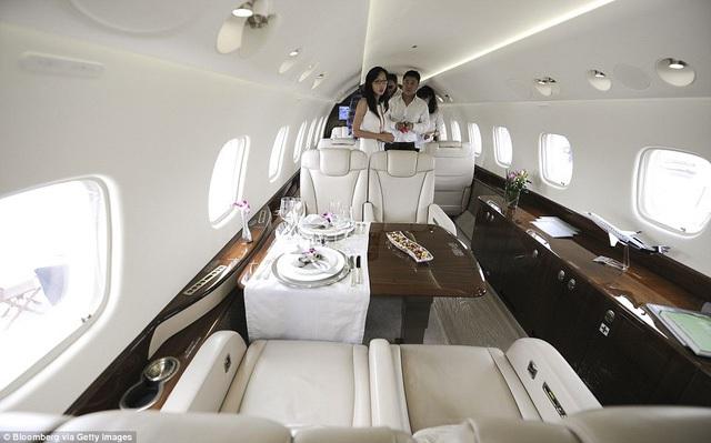 Máy bay của Jackie Chan là chiếc chuyên cơ được thiết kế riêng theo yêu cầu của siêu sao để tận hưởng những giờ phút nghỉ ngơi khi đang di chuyển giữa lịch trình bận rộn. Chiếc máy bay mang thương hiệu Embraer SA Legacy 650 có thể chở được 14 người.