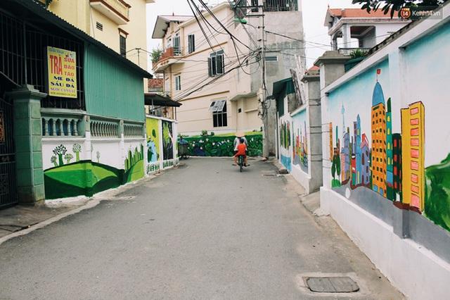 Đâu cần đến Quảng Nam mới có làng bích họa, ngay Hà Nội giờ cũng có con đường được vẽ đẹp mê ly - Ảnh 1.