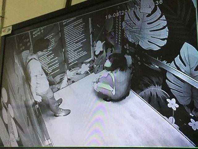Hình ảnh hai khách bị mắc kẹt trong thang máy.
