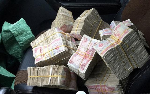 Nhiều tài xế tiếp tục chuẩn bị tiền lẻ để qua trạm thu phí.
