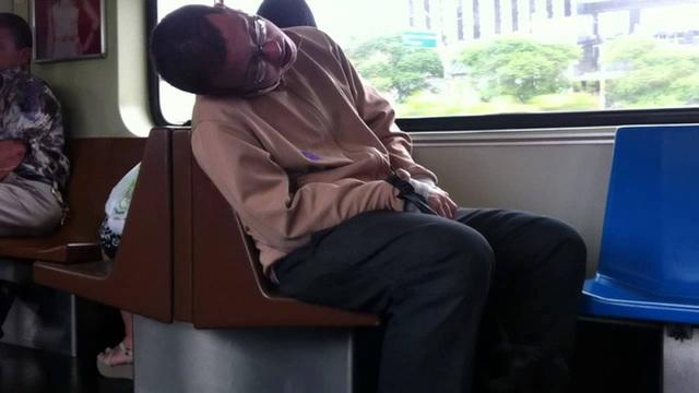 Du học sinh Việt tại Úc bị phạt 4 triệu đồng vì ngủ quên, gác chân lên ghế tàu điện ngầm - Ảnh 1.