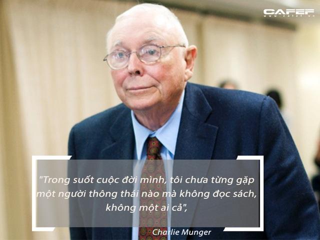 Tỉ phú Charlie Munger: Những người chỉ dùng thiết bị điện tử sẽ không thể thành công bằng một người chỉ tập trung đọc sách như Warren Buffett - Ảnh 1.